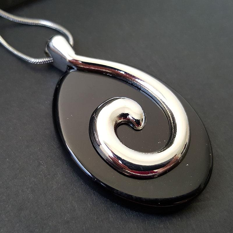 Collier symbole de l'Eau sur Onyx