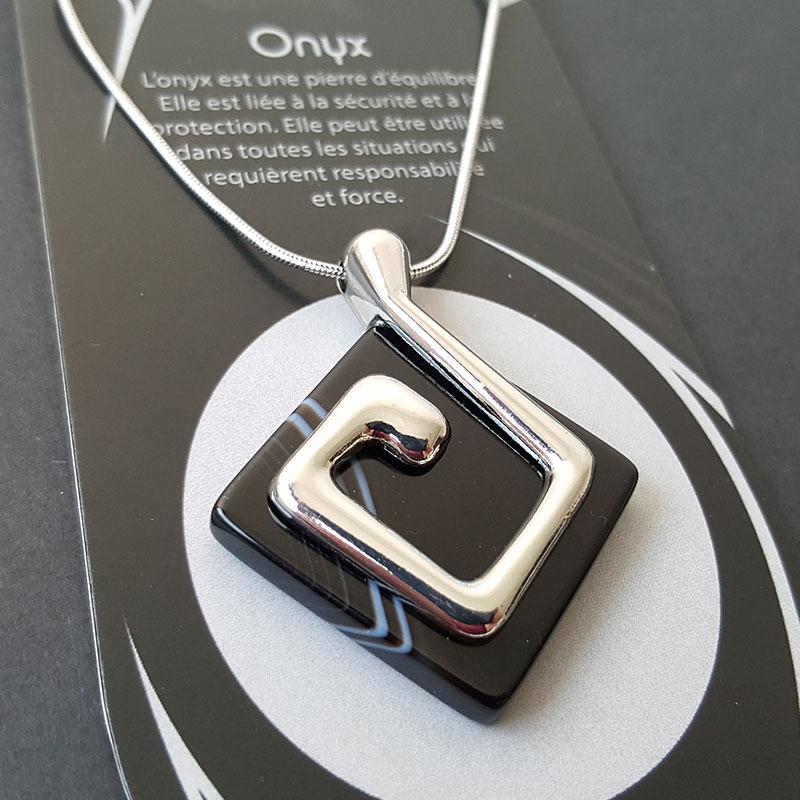 Collier symbole de la Terre sur Onyx